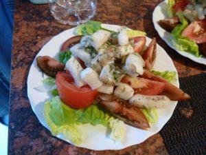 Salade van vers gerookte calemari en erfgoed tomaten